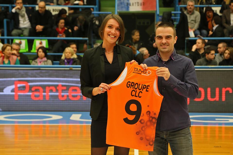 remise maillot du match par Julie Maridet en Euroligue contre Fehnerbace, février 2015
