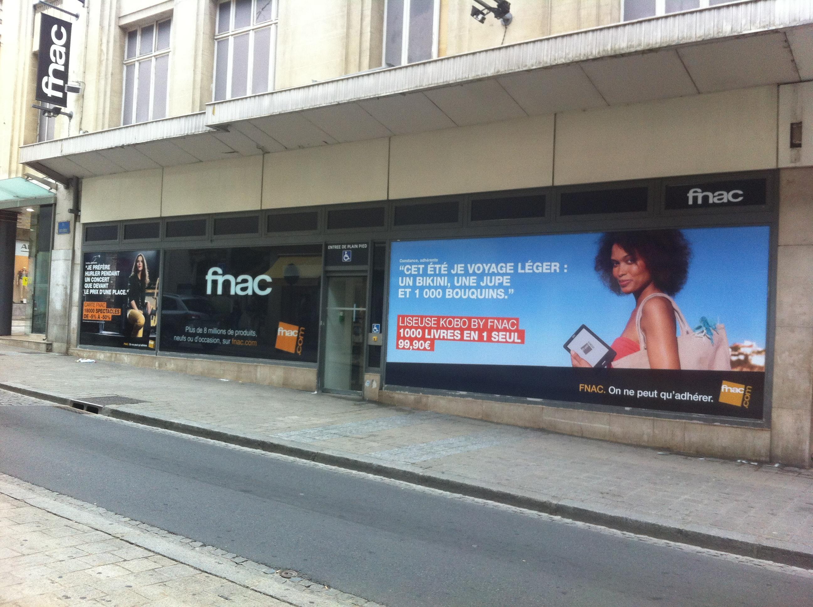 vitrine évènmentielle FNAC Bourges
