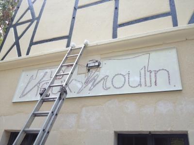 installation enseigne Auberge du Vieux Moulin Saint Germain du Puy