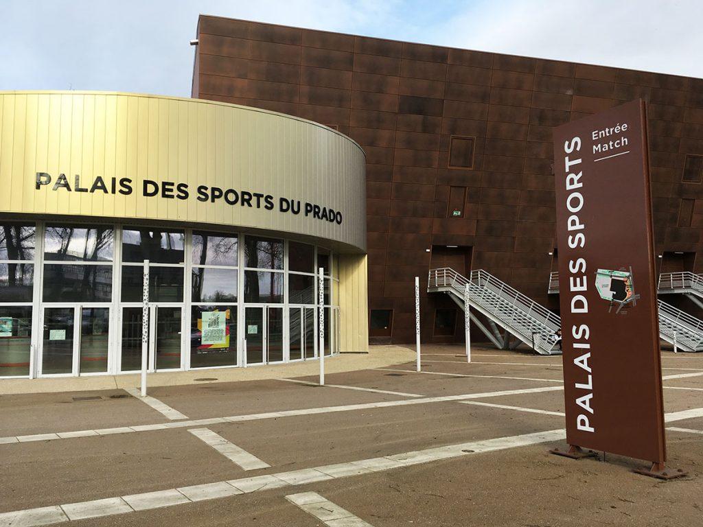 Pose d'une enseigne extérieure pour le Palais des sports de Bourges