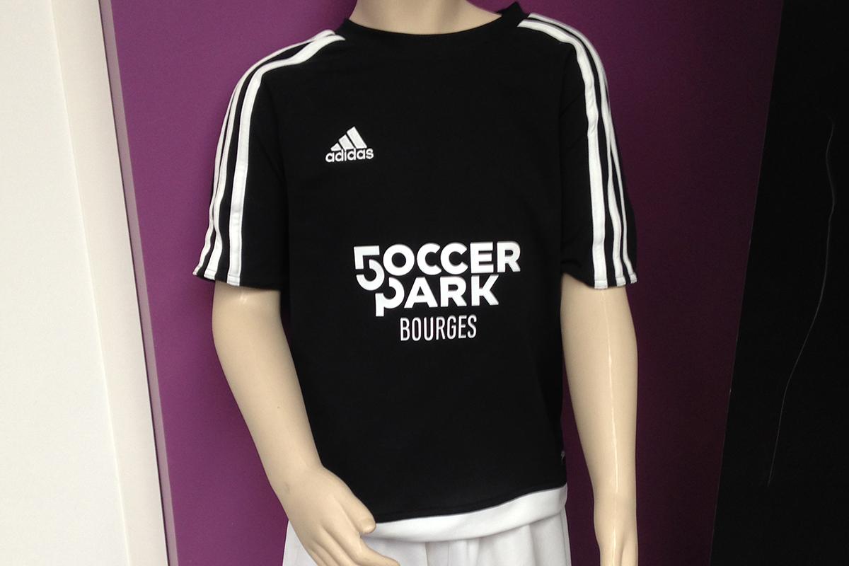 Marquage de vêtement sportif pour une structure de foot en salle